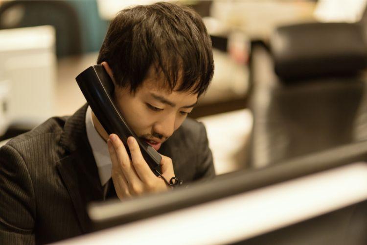 電話対応をしている男性