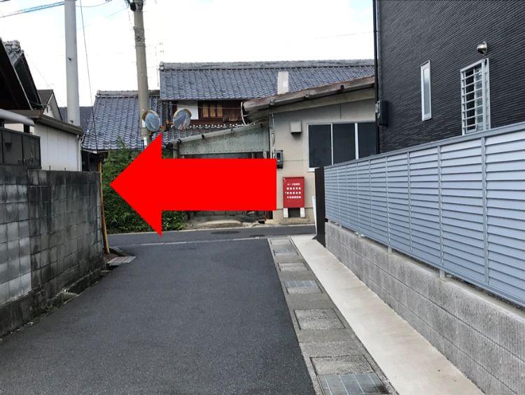 突き当りを左へ行くよう指示