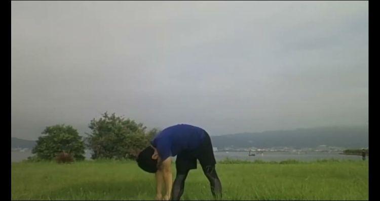 琵琶湖とラジオ体操をする人