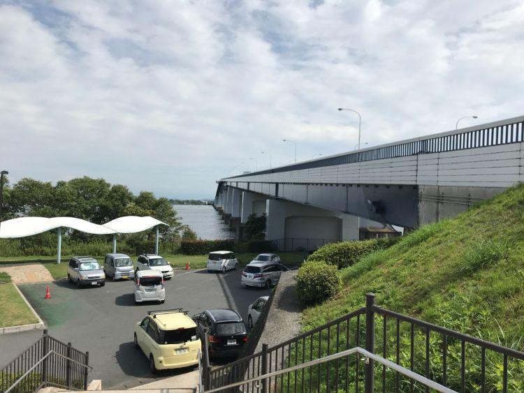 琵琶湖大橋と駐車場
