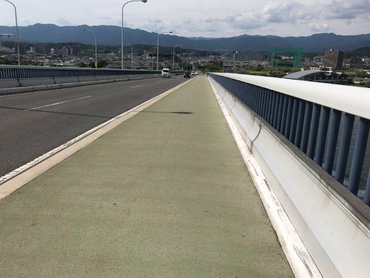 琵琶湖大橋の上