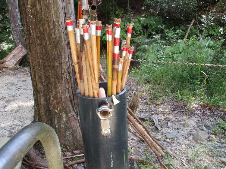 立木観音旧参道にある竹の棒