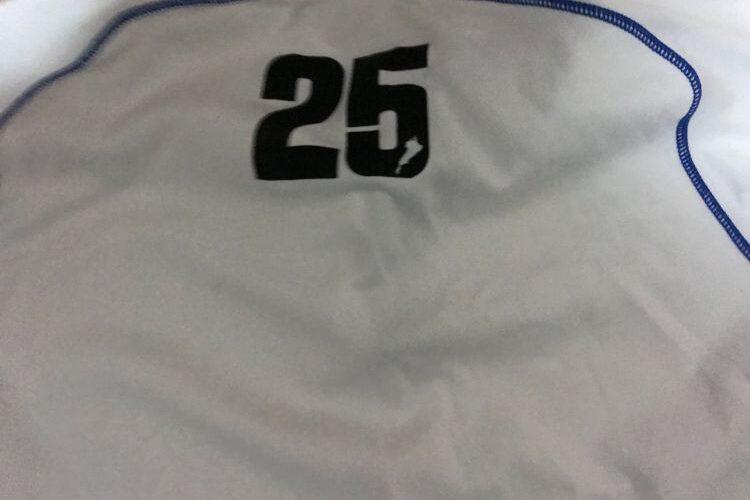 シャツに印字された25の数字