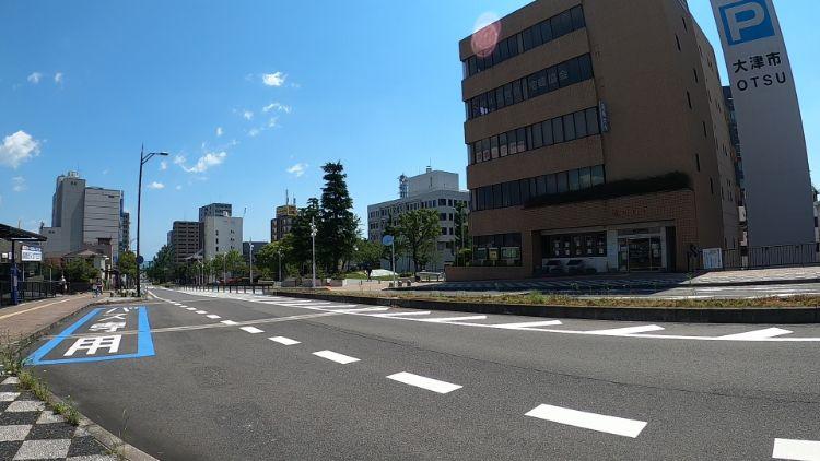琵琶湖に続く道