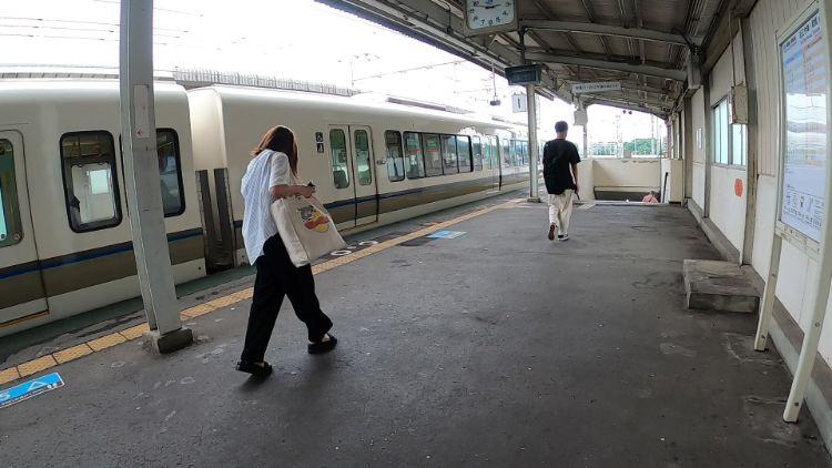 志賀駅に停車中の電車